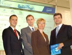 Präsentation des AutoVertriebsSystems gemeinsam mit DAT auf der IAA (von links): Dirk Rüddenklau (Teamsys), Martin Ebert (DAT), Angela Stöckl (Teamsys), Jens Nietzschmann (DAT)